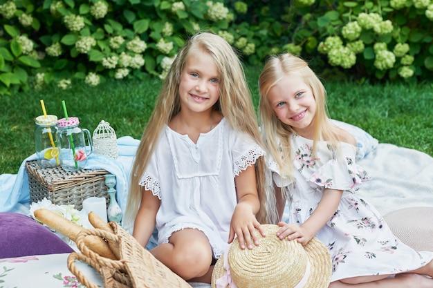 夏のピクニックで庭の2人の女の子の友人