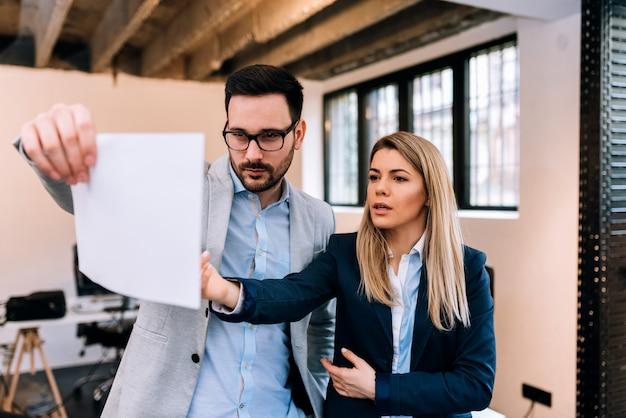 事業計画。 2人のビジネスマンがオフィスでアイデアを議論します。