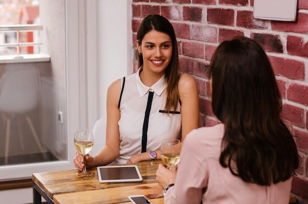 ホームオフィスの話で2人の女性同僚