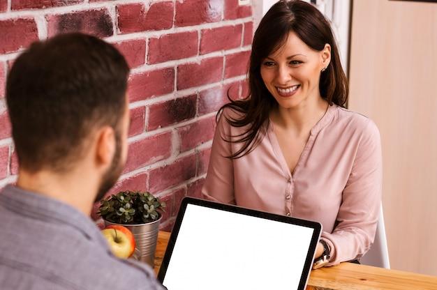 ホームオフィスで一緒に働く2人の起業家