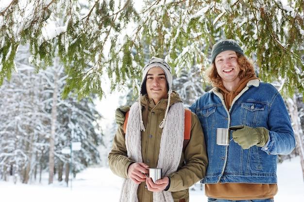 冬のリゾートの2人の若者