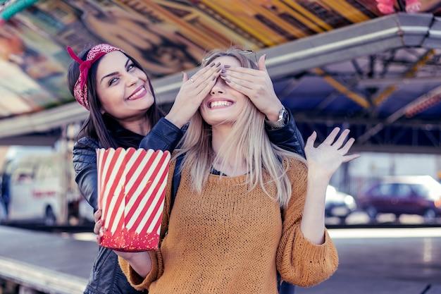 2人の美しいレズビアンのガールフレンドは、街を歩いています