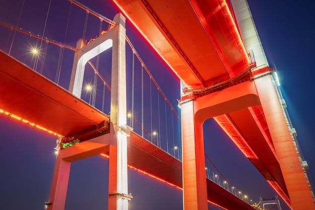 夜には、中国の重慶長江にある2つの吊り橋
