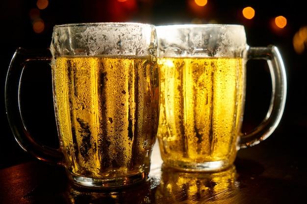 暗い背景のビールの2つのマグカップ