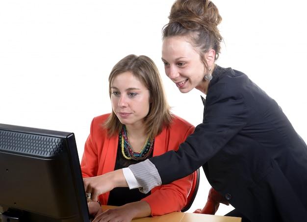 オフィスで働く2人の若い女性