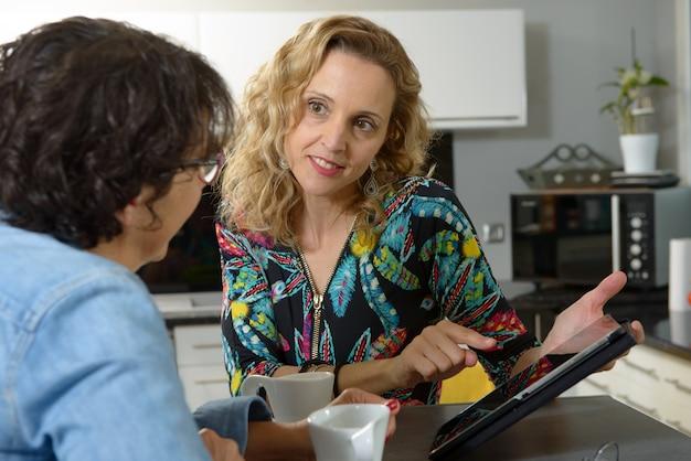 デジタルタブレットを見て2人の女性の友人