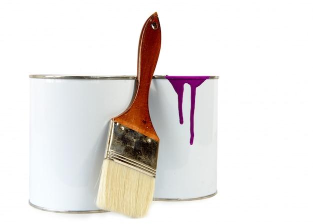 塗料の2つの缶とブラシ