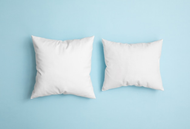 青色の背景に2つの枕