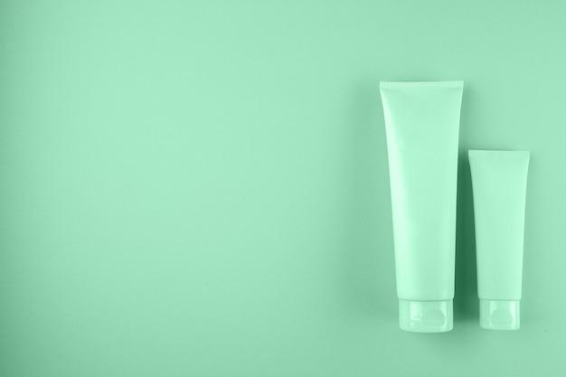 ミント色の2つの化粧品チューブパッケージ。