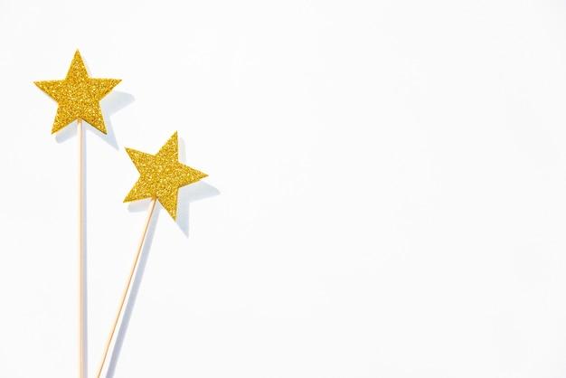 白い背景の上の2つのゴールデンパーティー魔法の杖。