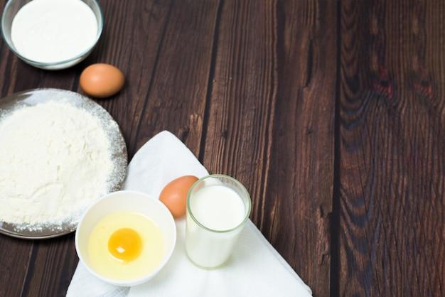 マースレニツァは2月の伝統的な休日です。パンケーキを焼くための材料。