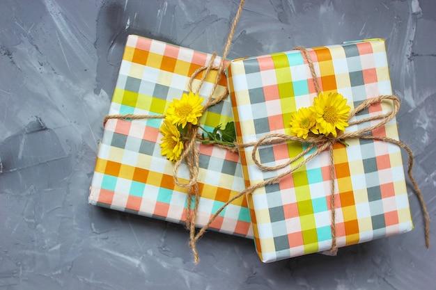 セラミックプレートに黄色の花の装飾が施された2つのハート形の蜂蜜ケーキ