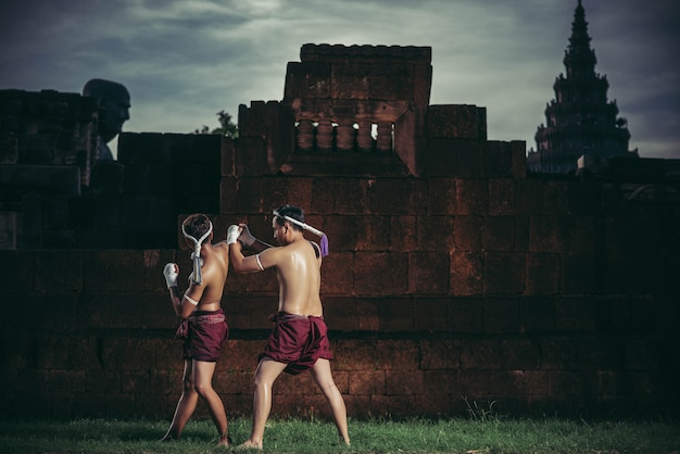 2人のボクサーがムエタイの武道と戦います。