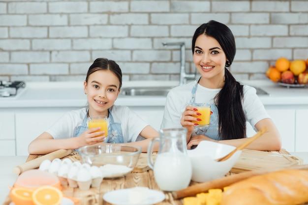 キッチンで料理をする2人のかわいい入植者に焦点を当てる
