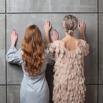 壁に立っている2人の女性