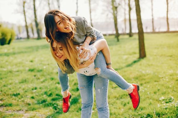 夏の公園にいる2人の女の子
