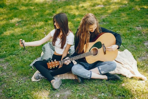ギター付きの2人の女の子