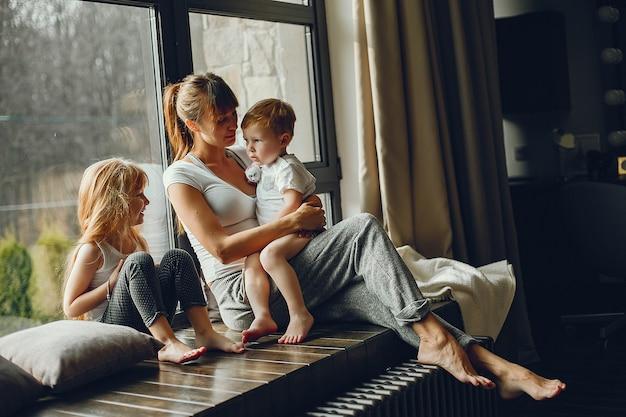 2人の子供を持つ母