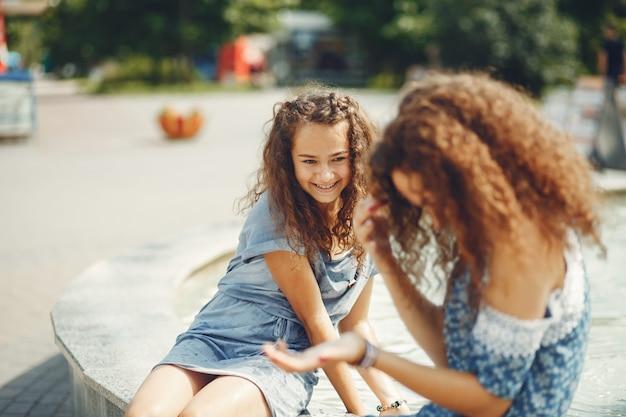 夏の公園で2人のかわいい姉妹