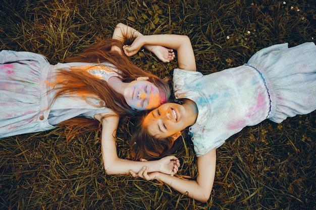 2人のかわいい女の子が夏の公園で楽しんでいます