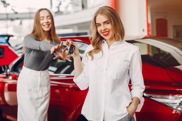 車のサロンで2人のスタイリッシュな女性