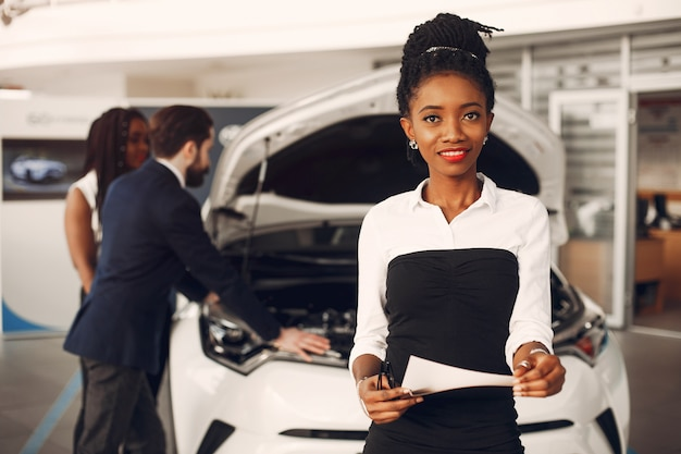 車のサロンで2つのスタイリッシュな黒人女性
