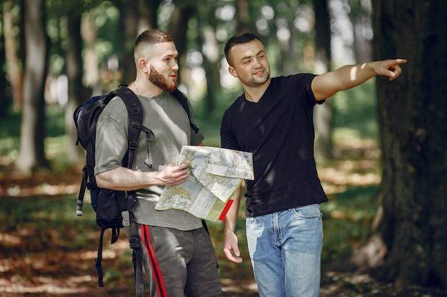 2人の友人が森で休憩