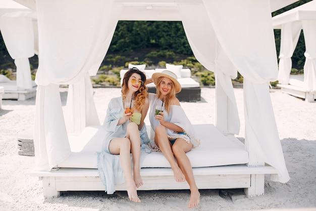 リゾートの2つのエレガントな女の子