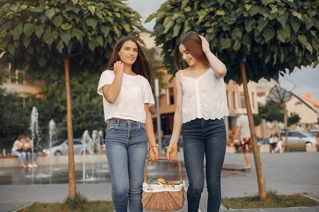 夏の公園の2つの可愛い女の子