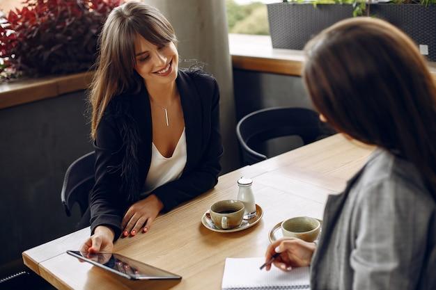 カフェで働く2人のビジネスウーマン