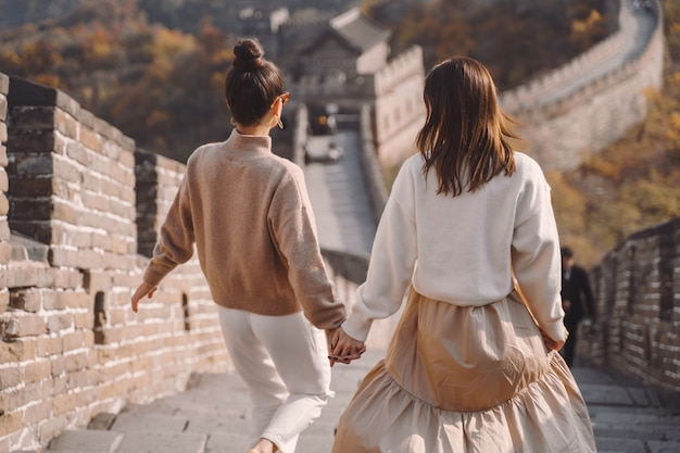 北京の入り口近くの万里の長城に沿って歩く2人の女性の友人
