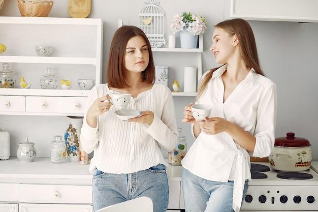 家でお茶を飲む2つのガールフレンド