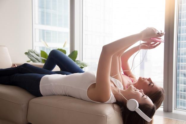 ヘッドフォンで音楽を聴く2つのガールフレンド