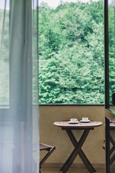 木製のテーブルの上にコーヒーを2杯