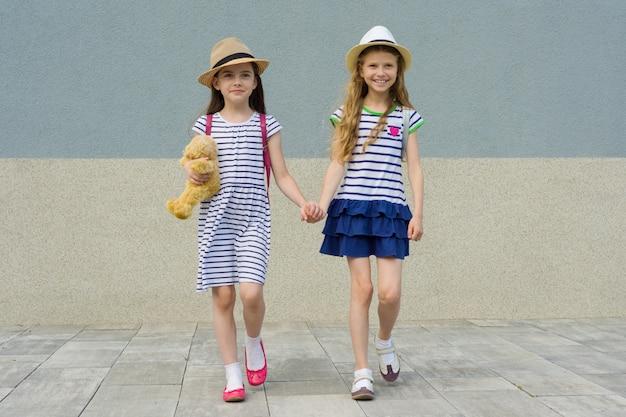 2つの幸せな子供のガールフレンドの屋外夏の肖像画