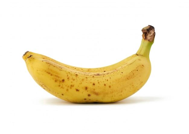 2つの黄色の熟したバナナが白い表面に分離され、皮の上に茶色のスポット
