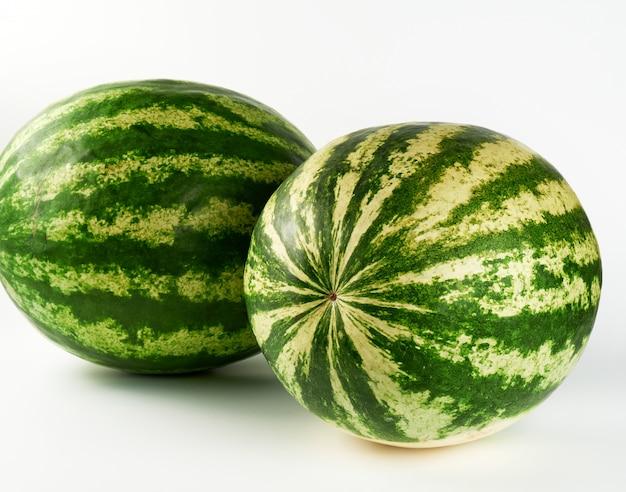 2つの大きな緑の縞模様のスイカ全体