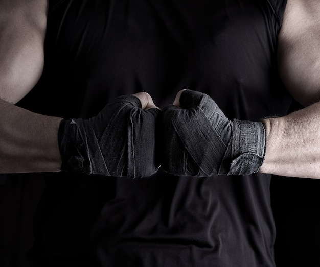 黒い包帯に包まれた2人の男性の手