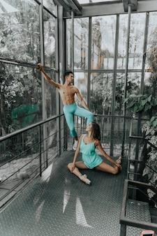 温室の内部に2人のダンサー