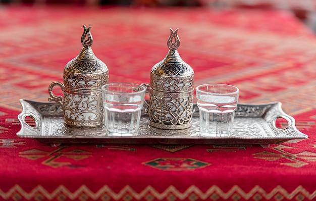 テーブルの上の伝統的なトルコ飲料トルココーヒーと2つのカップ