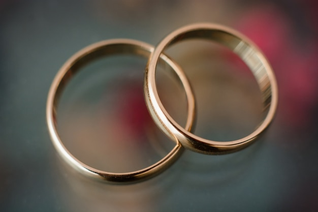 2つの伝統的な結婚式金婚約指輪のクローズアップ