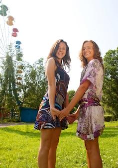 屋外笑顔の2人の女性