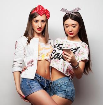 2人の若い面白い女性