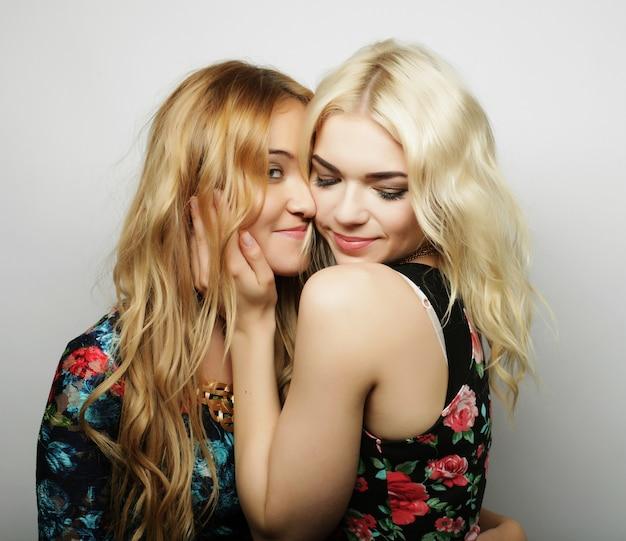 一緒に笑顔の2つのガールフレンド