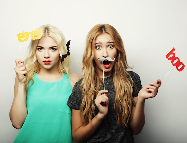 パーティーの準備ができて2つのスタイリッシュなセクシーな流行に敏感な女の子