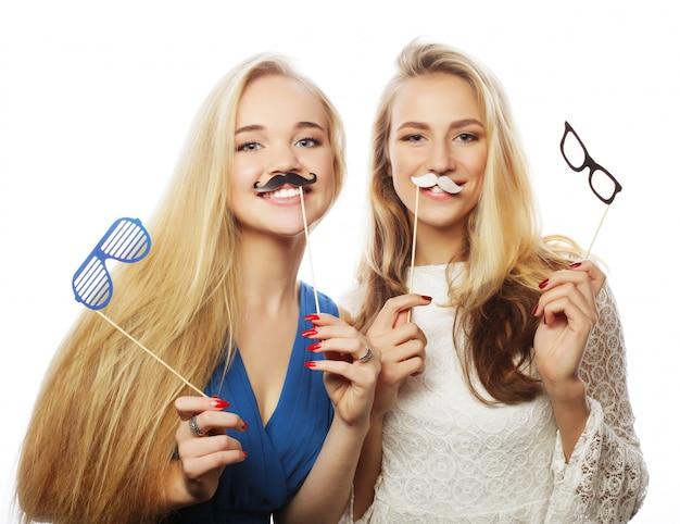 パーティーの準備ができて2つのスタイリッシュな流行に敏感な女の子の親友