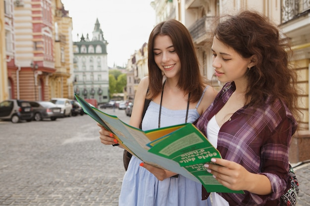 地図を使用して2つの女性の友人、旧市街の観光、コピースペース