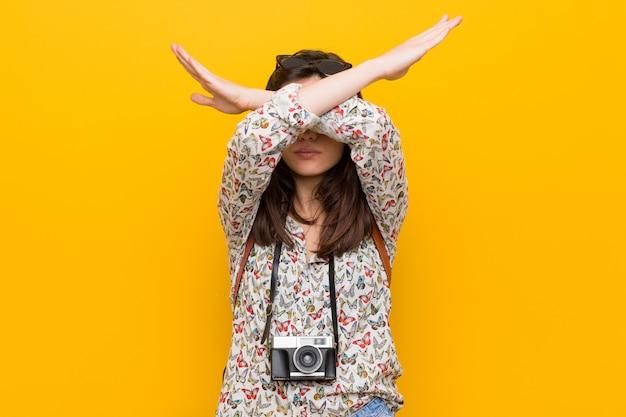 若いブルネット旅行者の女性が2本の腕を維持