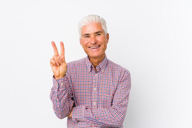 年配の白人男性が指で2番目を示す分離されました。