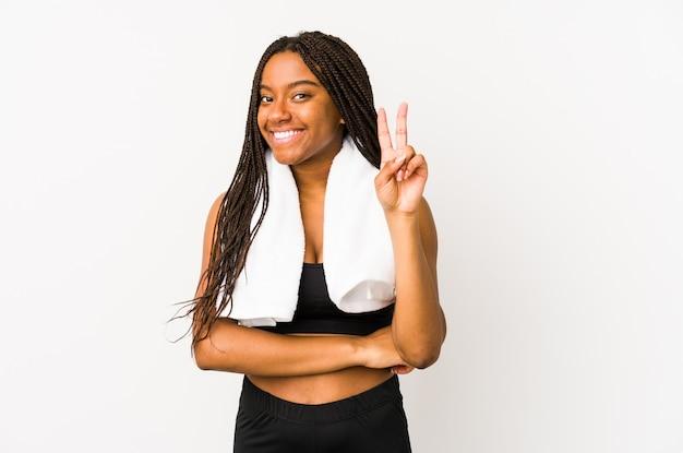 若いアフリカ系アメリカ人のスポーツの女性は、指で番号2を示す分離されました。
